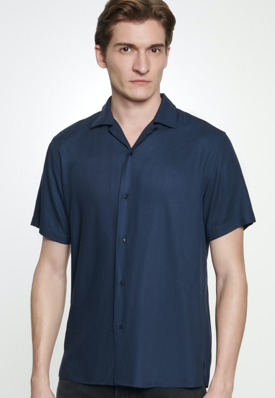 Bügelleichtes Twill Kurzarm Business Hemd in Shaped mit Reverskragen in Dunkelblau |  Seidensticker Onlineshop