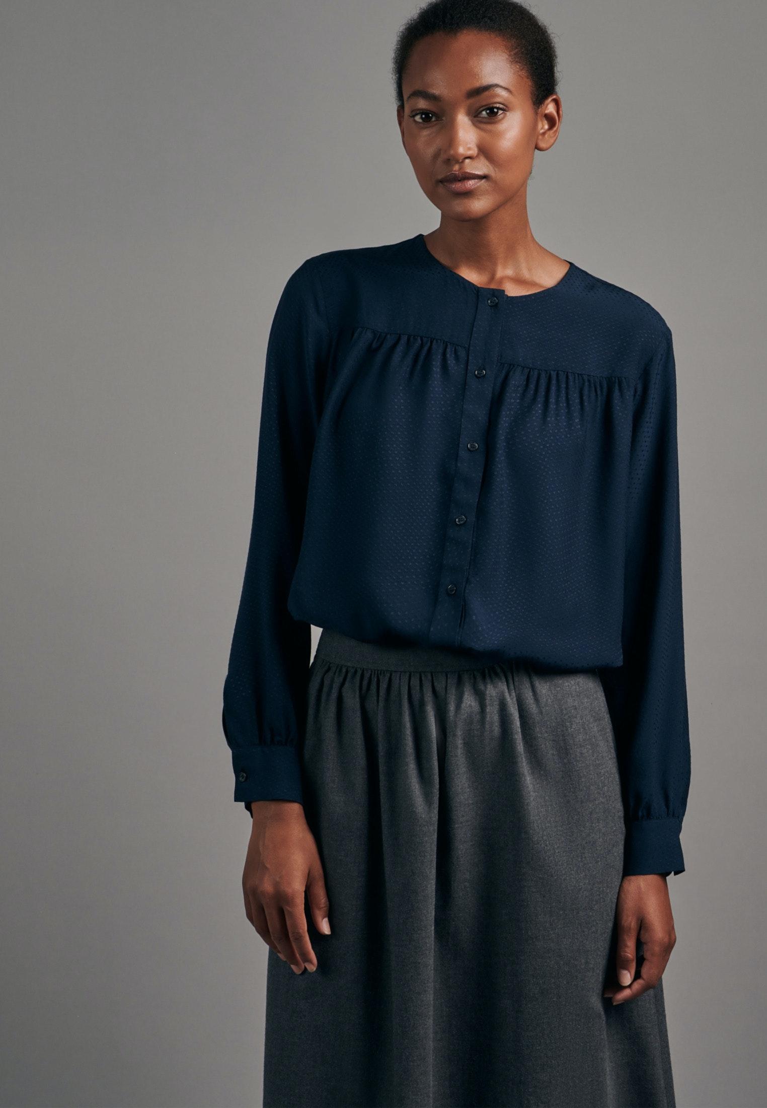 Artikel klicken und genauer betrachten! - Diese langärmelige Fashion-Bluse von Seidensticker versprüht zeitlosen Chic gepaart mit modischer Finesse. Der gerade geschnittene Viskose-Stoff sorgt für ein angenehmes, weiches Tragegefühl. Das Jacquard-Gewebe sieht nur auf den ersten Blick unifarben aus, es ist filigran gemustert. Mit eleganten Perlmutt-Knöpfen. | im Online Shop kaufen