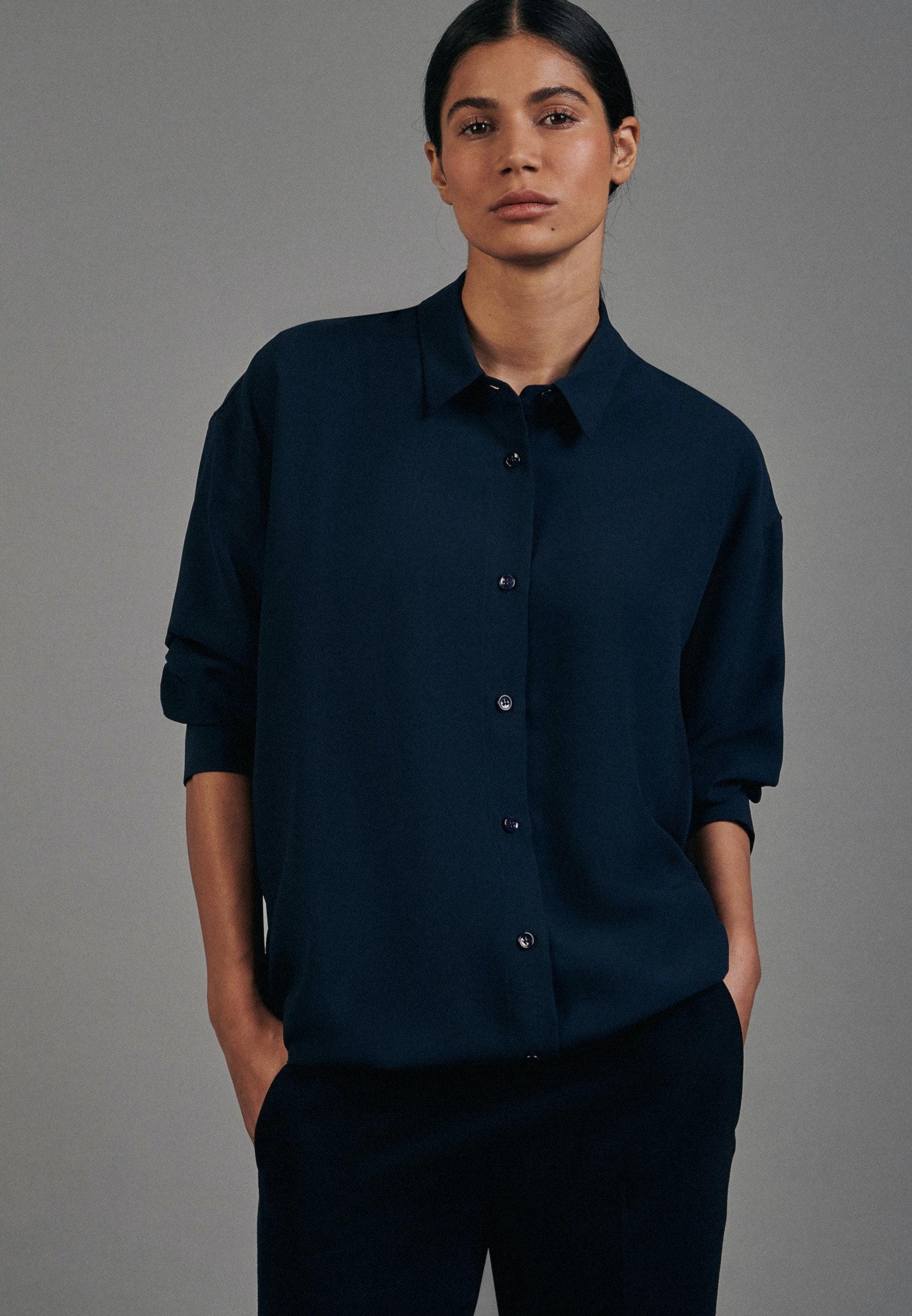 Artikel klicken und genauer betrachten! - Diese langärmelige Fashion-Bluse von Seidensticker verbindet klassische Eleganz mit modernem Selbstbewusstsein. Das Krepp-Gewebe aus Polyester sorgt für ein angenehmes, sehr leichtes Tragegefühl. Der weite, überlange Schnitt gestaltet die Bluse sehr bequem. Mit Hemdblusenkragen und Perlmutt-Knöpfen.   im Online Shop kaufen