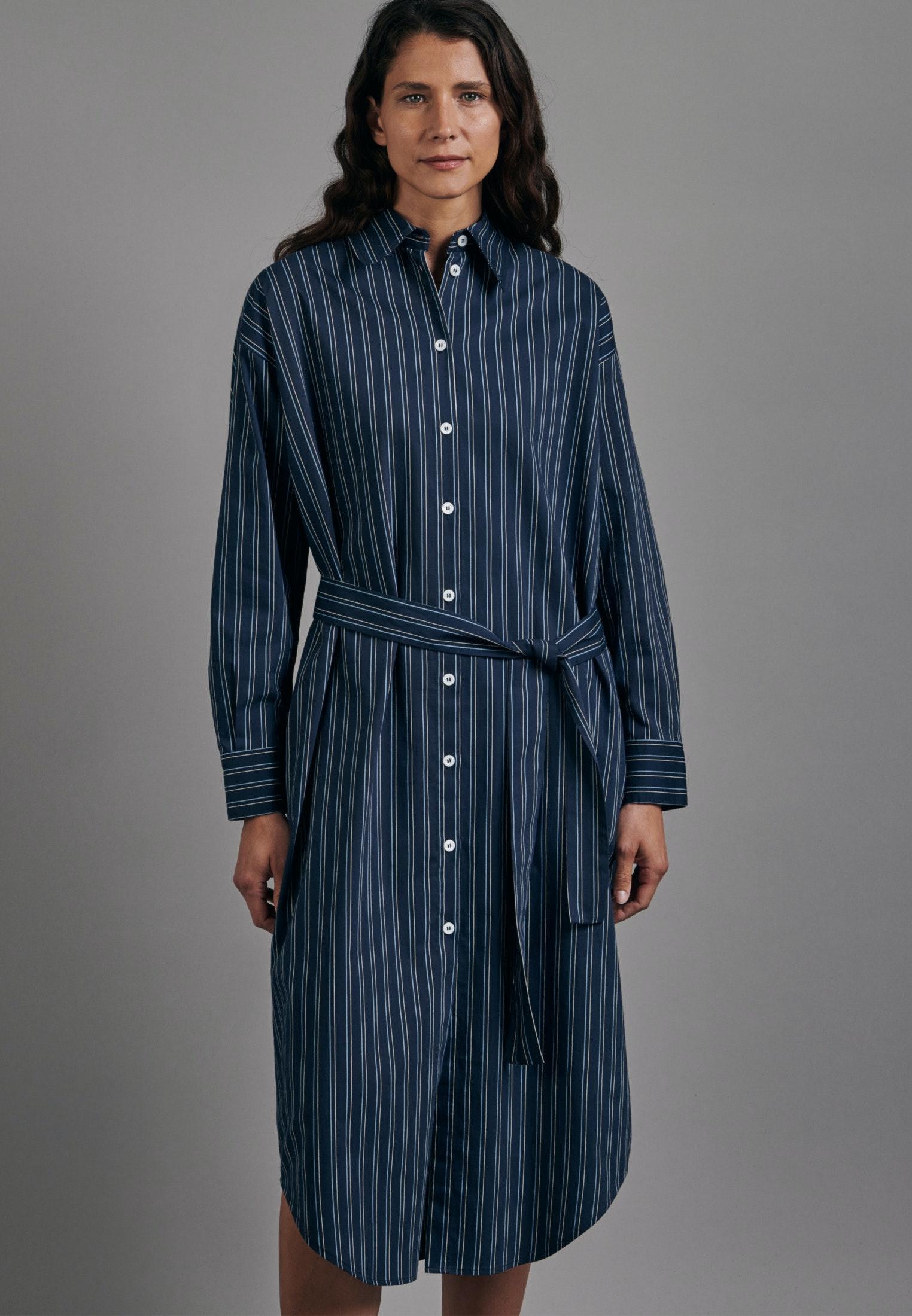 Artikel klicken und genauer betrachten! - Dieses langärmelige Fashion-Blusenkleid von Seidensticker zeigt coolen Chic mit dem gewissen Etwas. Der travers gestreifte Popeline-Stoff aus Viskose und Polyamid sorgt für ein leichtes Tragegefühl. Oversized geschnitten fällt er lässig über die Schultern und lässt sich variabel mit dem Taillengurt binden. Perlmutt-Knöpfe komplettieren dieses smarte Kleid.   im Online Shop kaufen