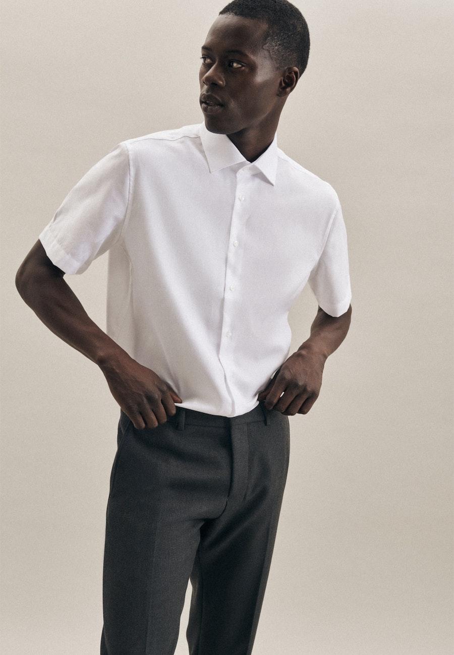 Bügelfreies Struktur Kurzarm Business Hemd in Shaped mit Kentkragen in Weiß    Seidensticker Onlineshop