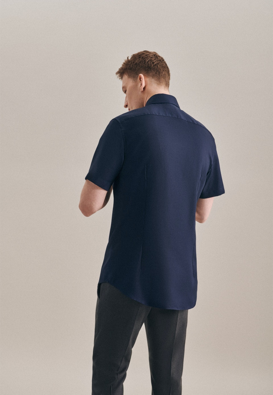 Bügelfreies Struktur Kurzarm Business Hemd in Slim mit Kentkragen in Dunkelblau    Seidensticker Onlineshop